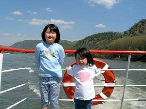 ドナウ河船で一緒の女の子.jpg